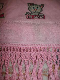 toalha de rosto, bordada em ponto cruz, arrematada com macramê, aceito encomendas, inesmoreira60@hotmail.com