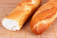 Se trata de un truco super sencillo para aprovechar el pan que tenemos congelado en casa y que quede tan crujiente y bueno como si fuera recién hecho. Lo q