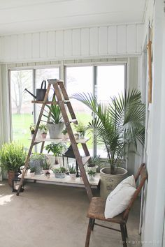 These DIY home projects will help you refresh your home decor easily and with low budget. Check them and use them to change your home right away! Ladder Shelf Decor, Diy Ladder, Ladder Shelves, Diy Shelving, Floating Shelves, Antique Ladder, Vintage Ladder, Diy Furniture Projects, Home Projects