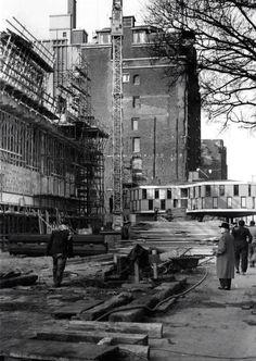 We zien vooral de bouwkeet van de nieuwe Bijenkorf aan de Coolsingel in 1956. Nadat de bouwwerkzaamheden waren afgerond verhuisde deze naar het Zuidplein. Kunsthal Zuid, werd het gebouwtje genoemd. Talloze kunstenaars exposeerden er. In 1987 heeft die het loodje gelegd. Tegen die tijd was het al enkele jaren wat we nu een honk voor oudere jongeren zouden noemen. Die verkasten naar een nieuw onderkomen bij metrostation Slinge. WIR Holland America Line, Old City, Lonely Planet, Vintage Industrial, Rotterdam, Netherlands, Abandoned, Dutch, Marcel Breuer