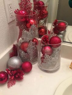 DIY Christmas Decorations and Crafts to make this year! Take a look at 15 beautiful Christmas table decorations you can copy in the photos below and get ideas for your own holiday decor! Christmas Countertop decor More Image source Noel Christmas, Simple Christmas, All Things Christmas, Christmas Wreaths, Minimalist Christmas, Elegant Christmas, Christmas Projects, Christmas Riddles, Outdoor Christmas