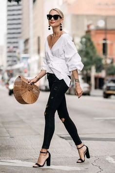 Summer street style fashion trend black jeans white shirt basket bag peasant sleeve classy casual chic The post 30 Summer Street Style Looks to Copy Now appeared first on Best Jeans. Street Style Jeans, Autumn Street Style, Summer Street Styles, Casual Street Style Summer, Chic Street Styles, Street Chic, Spring Style, Classy Street Style, Street Wear