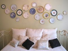 Plates as wall hanging - DIY decor in the guest bedroom Plates On Wall, Plate Wall, Closet Designs, Home Organization, Home Projects, Home Remodeling, Bedroom Furniture, Wall Decor, Wall Art