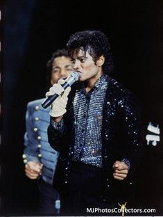 Michael & The Jacksons performing at Motown 25 on March 1983 in Pasadena, CA 12955124 Michael Jackson Bad Era, Michael Jackson Thriller, Jackson 5, Jackson Family, The Boy Is Mine, Gary Indiana, The Jacksons, 25th Anniversary, Anniversary Ideas