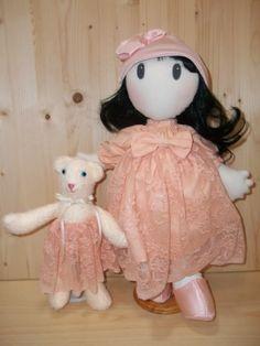 PDF Tutorial Bambola Di Stoffa (mia ispirazione da bambole Russe). L'altezza della bambola è di 44 cm. Tutorial Bambola e Orsacchiotto. Dall'aspetto delicato e raffinato, questa Bambola può essere una decorazione in vari ambienti della casa, un regalo, anche per una bambina (sopra i 3 anni) perchè non ha parti che si staccano. Il Tutorial in formato PDF è di 34 pagine, con ben 26 Step by Step.  Ci sono dunque anche un sacco di foto con descrizioni dettagliate. Rossella Usai