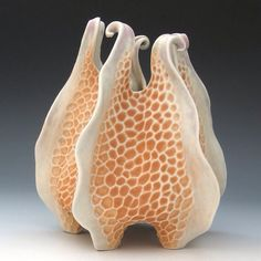 Roberta Polfus - Carved porcelain urchin vessel in peach white. It looks like coral/fish fins/ jellyfish. Ceramic Clay, Ceramic Pottery, Pottery Art, Slab Pottery, Thrown Pottery, Pottery Studio, Ceramic Bowls, Sculptures Céramiques, Sculpture Clay