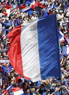 L'équipe de France s'est qualifiée pour les quarts de finale de l'Euro de football en dominant l'Eire (2-1), dimanche à Lyon, grâce à un doublé d'Antoine Griezmann.