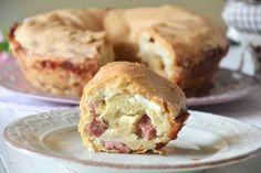 Il tortano è un tipico rustico napoletano che si prepara durante il periodo di Pasqua. È molto simile al casatiello dal quale si differenzia per