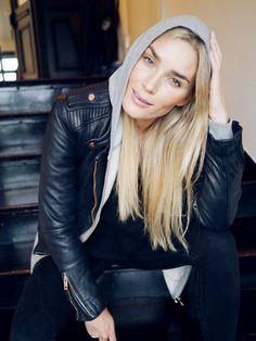Perfecto en cuir noir + fin sweat à capuche = le bon mix (blog Camilla Pihl)
