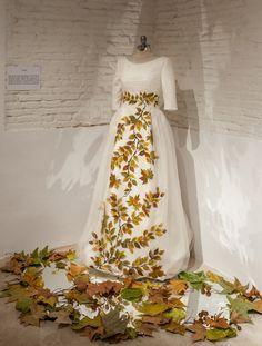 Vestido de novia pintado a mano con motivos otoñales, de la diseñadora Carmen Halffter