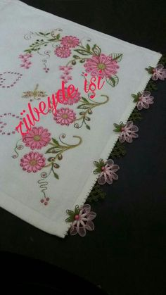 This Pin was discovered by HUZ Decorative Towels, Needle Lace, Save Yourself, Needlework, Diy And Crafts, Table Runners, Wallpaper, Crochet, Paper Art