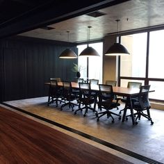 Sala de reunião simples porém extremamente elegante. Percebe-se que não tem quase nada a não ser o essencial para uma conversa: mesa, cadeiras, iluminação e privacidade (dá para fechar a sala com paredes móveis).