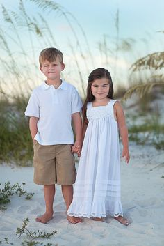Brother and sister Sibling Photography Poses, Photography Pics, Family Portrait Photography, Beach Portraits, Sibling Poses, Family Portraits, Sibling Beach Pictures, Family Beach Pictures, Fall Family Photos