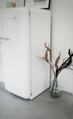 #meinformstil Glasvase von formstil.ch bei Kunde im Büro Instagram Posts, Aqua, Home Decor, Atelier, Concrete Floor, Glass Vase, Creative Ideas, Nice Asses, Water