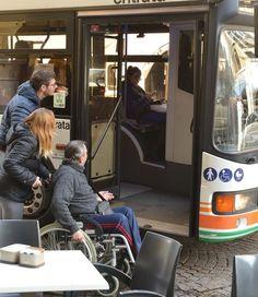 L'odissea dei disabili a Udine: marciapiedi inadeguati e il bus è irraggiungibile
