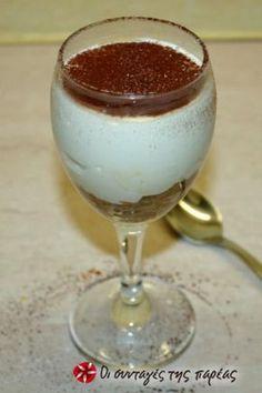Ξαφνικά έρχεται κόσμος στο σπίτι και δεν έχετε τί να τον κεράσετε. Και τώρα; Το τιραμισού του 3λεπτου θα σας βγάλει ασπροπρόσωπους! Εύκολο, γρήγορο και πεντανόστιμο! Greek Sweets, Greek Desserts, Summer Desserts, Greek Recipes, Mini Cakes, Cupcake Cakes, Happy Foods, Dessert Recipes, Food And Drink