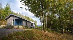 Chalet Bromont, La Presse Mon Toit, Lucie Lavigne (Photo STEVE MONTPETIT).  How to recycle barn wood with elegance
