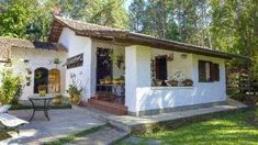 Spanish Bungalow, Spanish Style Homes, Spanish House, Hut House, Tiny House Cabin, Camping Am Meer, My Ideal Home, Modern Farmhouse Exterior, Courtyard House
