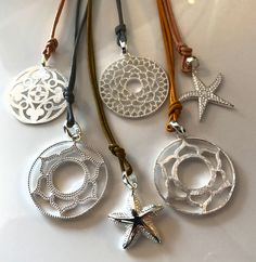Silberne Kettenanhänger mit Lederbändern