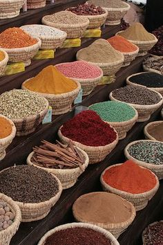 Straight from the bazaar of Marrakesh comes our Guide to Moroccan Entertaining! Learn the tricks, colors and style that make Moroccan design so exciting. Tagine, Healthy Indian Recipes, Indian Foods, Moroccan Spices, Spices And Herbs, Marrakech, Farmers Market, Today's Market, Spice Things Up