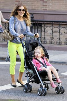 Sarah Jessica Parker and Cybex Onyx Sarah Jessica Parker, Carrie And Big, New York City, City Outfits, Carrie Bradshaw, Celebrity Look, Grey Sweatshirt, Work Casual, Comfortable Outfits