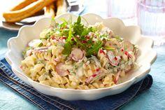 En lettlaget pastasalat med reddiker, ruccola, smuldret fetaost og en kjempegod og smaksrik saus. Lett å lage - og lett å spise!