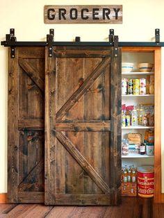 Puerta corredera de tipo granero en la despensa