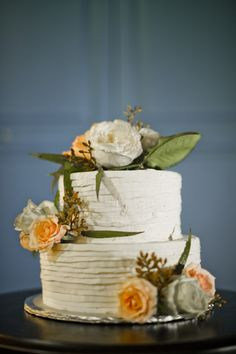 Island Style Weddings - love this adorable cake by Queen of Tarts! Flowers from Roses Too. Photo by Elisha Orin