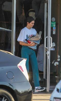 Kendall Jenner look, mom jeans, t-shirt branca quadrinhos, super heróis, tênis branco Looks Style, My Style, Look Fashion, Fashion Outfits, T Shirt Branca, Look Star, Kendall Jenner Outfits, Kendal Jenner Street Style, Kendall Jenner Adidas