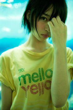 Top Japanese face packs for all skin types - Japan Trends Girl Short Hair, Japanese Models, Kawaii Girl, Actor Model, Strike A Pose, Pose Reference, Girl Photos, Girl Hairstyles, Cute Girls