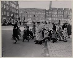 1951. Schoolchildren crossing the Hoofddorpweg in Amsterdam-West. The Hoofddorpweg is located between the Sloterkade and the Hoofddorpplein and connects to the Zeilstraat via the Zeilbrug. The Hoofddorpweg was originally built in 1927 on the territory of the municipality Sloten, which was annexed by Amsterdam in 1921. Photo Stadsarchief Amsterdam. #amsterdam #1951 #Hoofddorpweg
