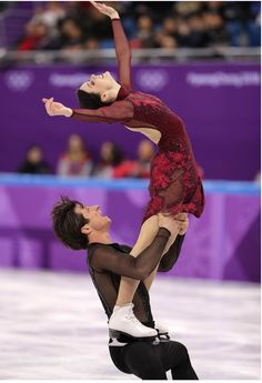 Tessa Virtue and Scott Moir of Canada compete in the Figure Skating Team Event – Ice Dance Free Dance on day three of the PyeongChang 2018 Winter. Figure Skating Olympics, Figure Skating Outfits, Ice Skating Dresses, Olympic Games For Kids, 2018 Winter Olympic Games, Virtue And Moir, Tessa Virtue Scott Moir, Ballet, Skates