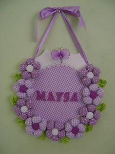Guirlanda feita em MDFcom aplicações de flores feita de tecidos,borboletas de meia de seda e laço de fita de cetim..... R$ 50,00