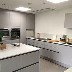 white gloss kitchen with grey worktops Open Plan Kitchen Living Room, Kitchen Dinning Room, New Kitchen, Kitchen Decor, Kitchen Layout Interior, Modern Kitchen Design, White Gloss Kitchen, Gray And White Kitchen, Georgian Kitchen