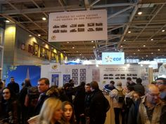 [Philatélie] 22 février - Au Salon de l'Agriculture 2014 à Paris, le stand du Groupe La Poste avec la vente du carnet de timbres Vaches (photo © Jesila Bensalah).