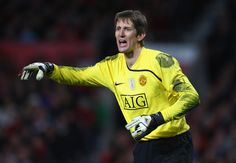 Edwin van der Sar of Manchester United gestures during the UEFA Champions League Round of Sixteen, Second Leg match between Manchester United and Inter Milan at Old Trafford on March 11, 2009 in Manchester, England.  (Photo by Laurence Griffiths/Getty Images) *** Local Caption *** Edwin van der Sar