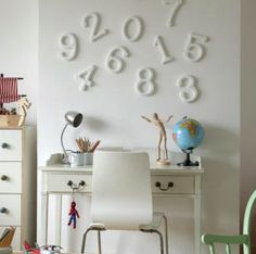 bureau blanc, épuré, chiffres au mur http://www.unregardcertain.fr/30-idees-et-inspirations-de-decoration-pour-la-piece-du-bureau/2031