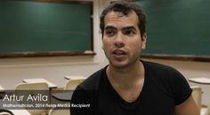 Primeiro latino-americano a receber a Medalha Fields, Artur Ávila é carioca e iniciou sua carreira na matemática ainda jovem. Leia mais em: http://universoracionalista.org/o-garoto-prodigio-brasileiro-que-acalmou-o-caos/