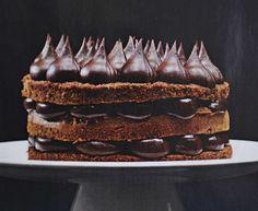Med en sjokoladekakebunn er mulighetene for å skape gode kaker uendelige. Her har jeg fylt sjokoladebundene med en mørk sjokokadekrem, en ganache. Lag vakre topper av sjokoladekremen på toppen av kaken og du har skapt en sjokoladetrøffelkake som dine gjester aldri kommer til å glemme!