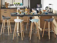 En cuir ou en bois, colorés ou discrets, les tabourets (ou chaises) de bar sont des éléments de...