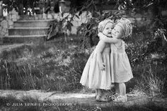 """""""Abraço, abraço, abraço, abraço. O que importa é a magia deste abraço, a fusão de energia que harmoniza, integra tudo, e que se traduz no cosmo, no tempo e no espaço. Só sei que agora deu vontade desse abraço que afaste toda e qualquer angústia, que desperte a lágrima da alegria, e acalme o coração, que traduza a amizade, o amor e a emoção..."""" (vinicius de moraes)"""