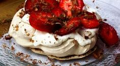Chocolate Pavlova Topped with Strawberries and Whipped Cream - Mexican Made Meatless™ Lemon Curd Pavlova, Strawberry Pavlova, Meringue Pavlova, Mini Pavlova, Australian Pavlova Recipe, Pavlova Toppings, Christmas Pavlova, Chocolate Pavlova