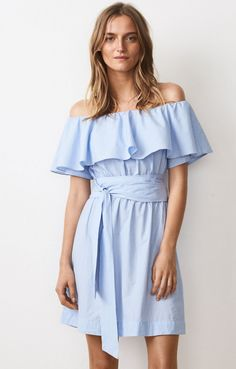 Off-the-shoulder klänning i mjuk bomull med volanghölje och korta ärmar. Knytbälte för definition av midjan och elastiskt band vid axlar. Kombinera Myra Dress med sandaler. Modellen är 174 cm lång och bär storlek S.100% Bomull