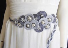 Cinturón joya modelo Goleta Flower Belt, Diy Clutch, Soutache Necklace, Corset Belt, Irish Crochet, Fabric Flowers, Hand Embroidery, Diy Jewelry, Brooch