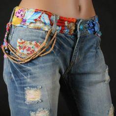jean avec des accessoires en style patchwork