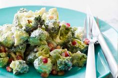 Broccolisalat med granatæble og yoghurtdressing