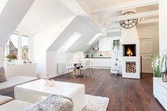 skandinavischer Wohnstil und Wohnzimmer mit Dachschräge