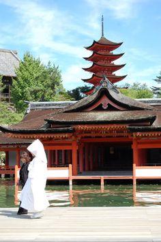 Japanese bride Itsukushima shrine #worldheritage #hiroshima #japan