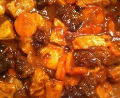 sauté de porc, oignon, carotte, tomate, curry, miel, pruneaux, cube de bouillon, farine, sel au herbe, Poivre
