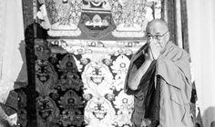 Em 10 de março de 1959, milhares de tibetanos reúnem-se em revolta, cercando o palácio de verão do Dalai Lama no Tibet, em flagrante desafio às forças militares chinesas.  A ocupação do Tibet pela China havia começado cerca de uma década antes, em outubro de 1950, quando as tropas do Exército Popular de Libertação invadiram o país, apenas um ano depois que os comunistas liderados por Mao Tse Tung assumiram o controle total da China continental.